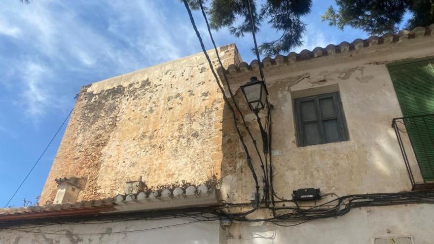 Marañas de cables en las fachadas de Dénia