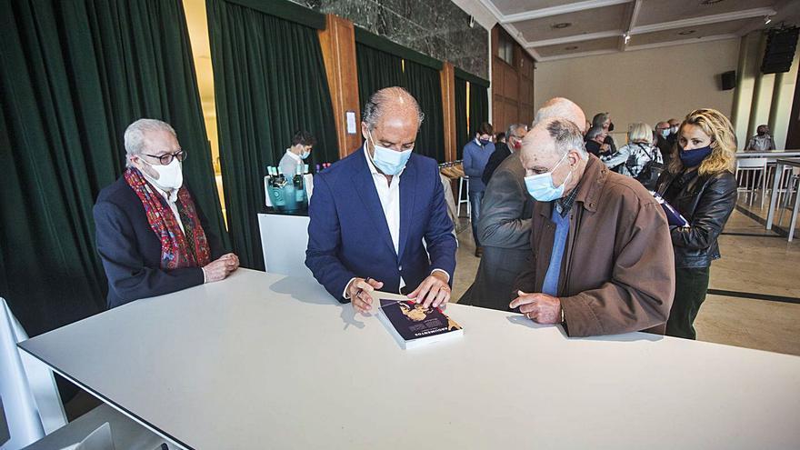 Camps reúne a un centenar  de fieles