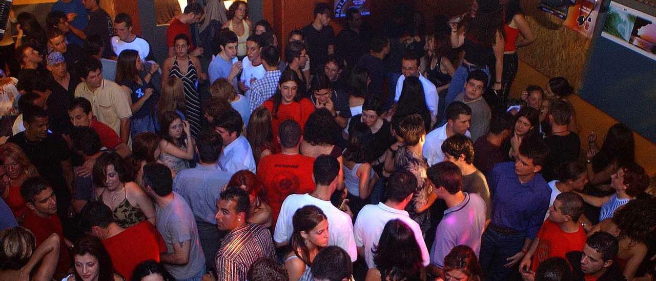Gente bailando en un pub gallego
