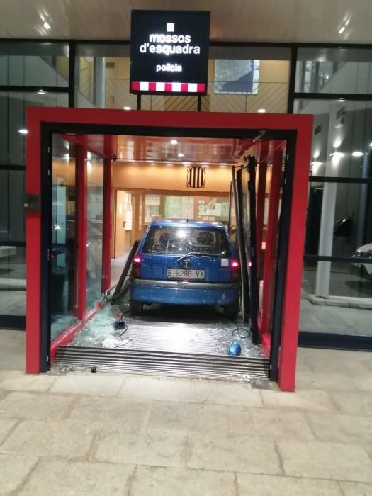 El vehicle a dins l''entrada de la comissaria.