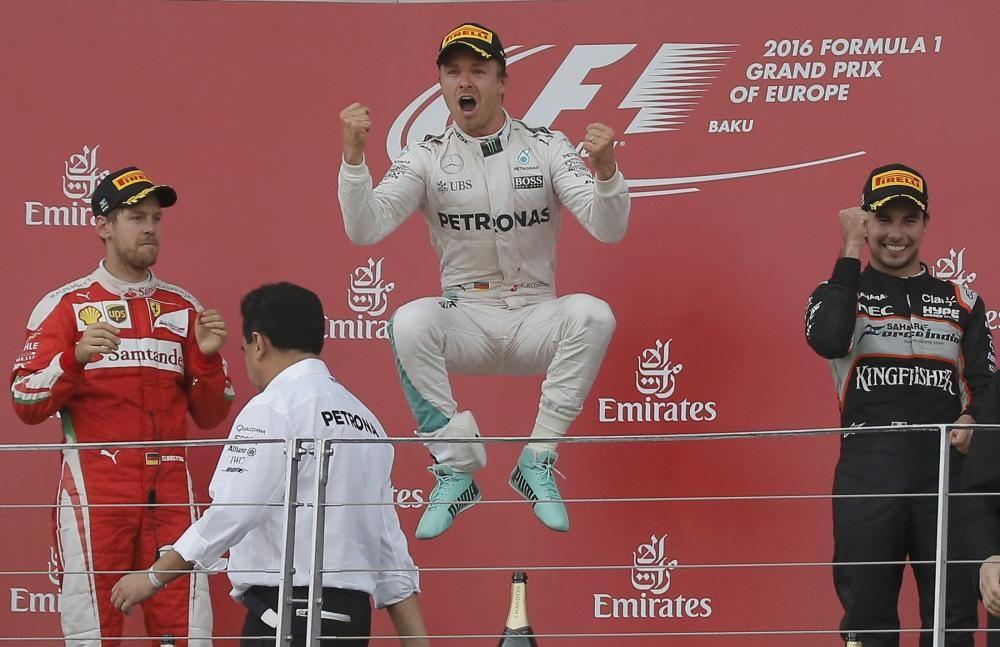 El nuevo trazado de Bakú, en Azerbaiyán, vio de nuevo a Rosberg en lo más alto del podio, en esta ocasión por delante de su compatriota Vettel y el australiano Ricciardo.