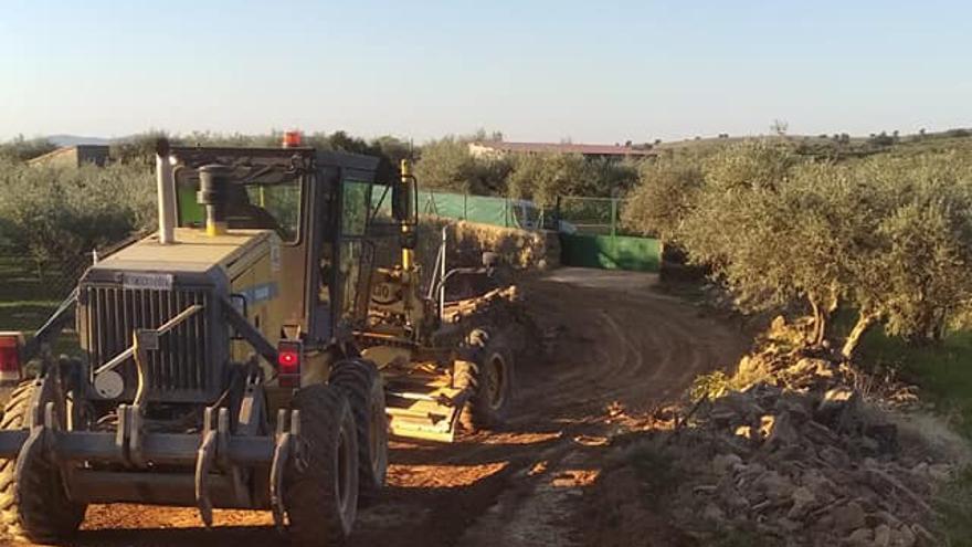 El Ayuntamiento de Cilleros ejecuta la mejora de los caminos y limpieza de las cunetas