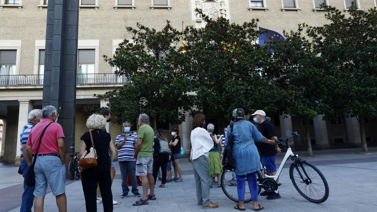 Una veintena de personas se han concentrado enfrente de la Delegación del Gobierno en Aragón de Zaragoza