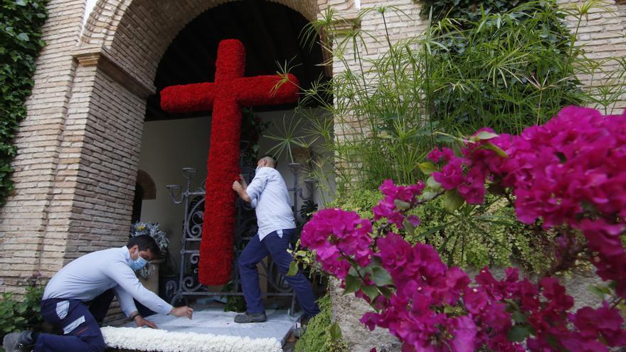El Palacio de Viana instala una Cruz de Mayo en el patio de la Reja