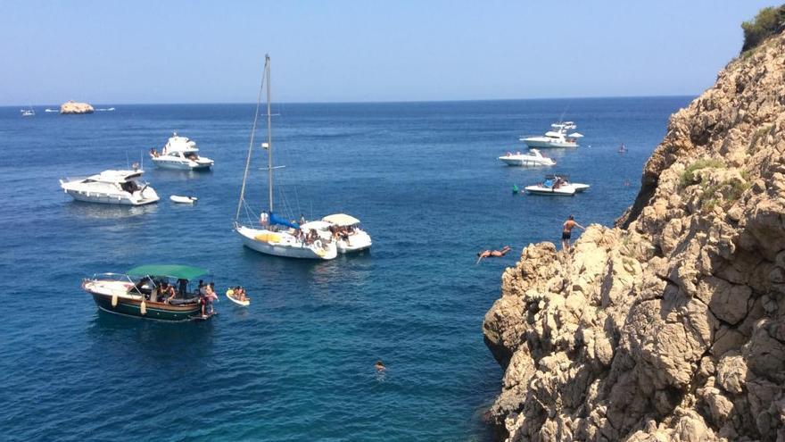 Las embarcaciones se apoderan ahora del Cap Negre de Xàbia