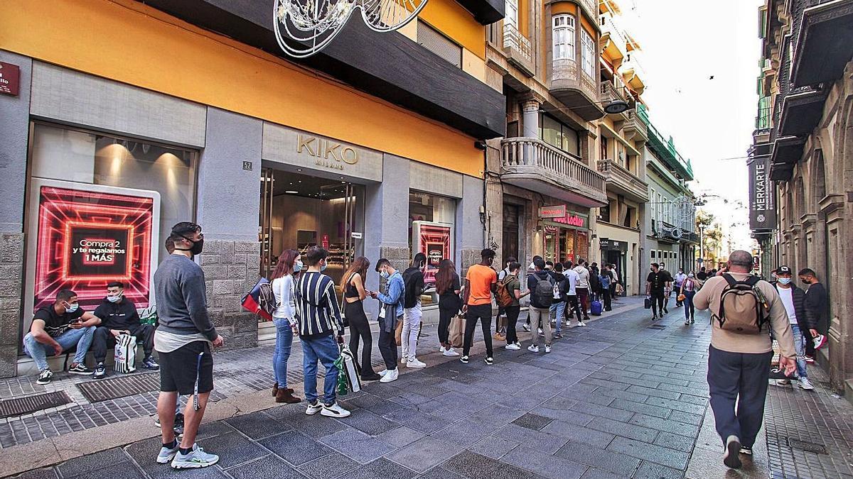 Colas para acceder a un comercio de la calle Castillo.