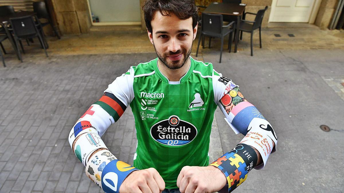 David Torres, capitán del Deportivo Liceo, con la mayoría de los brazaletes solidarios que ha lucido esta temporada y la anterior. |  // VÍCTOR ECHAVE