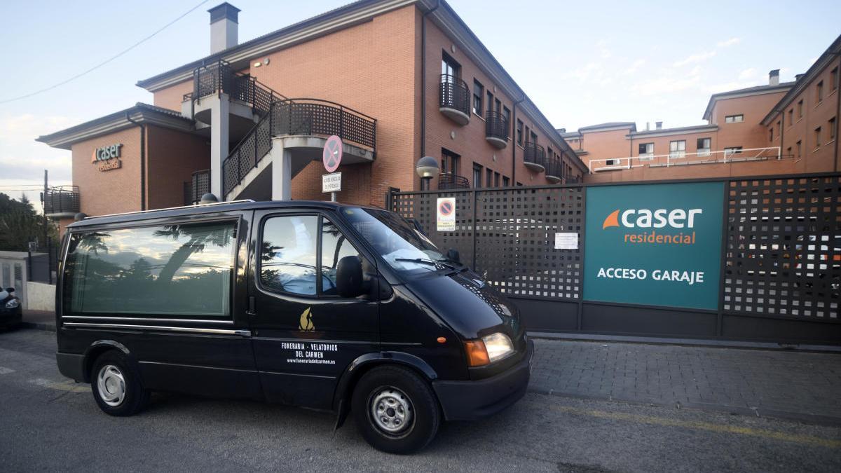 Un coche fúnebre ante la puerta de la residencia Cáser, la más afectada de la Región.