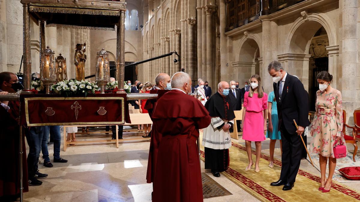 Os Reis, no interior da catedral de Santiago antes da ofrenda ó Apostolo