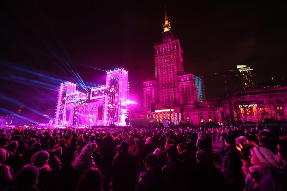 Muchedumbre espera al Año Nuevo en Varsovia, Polonia.