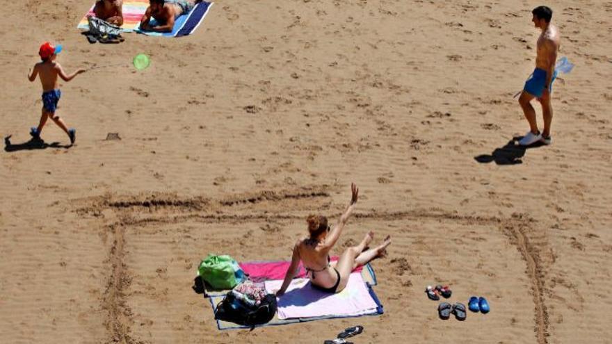 ¿Dormiría usted en la playa para coger sitio?  En este arenal es una práctica habitual