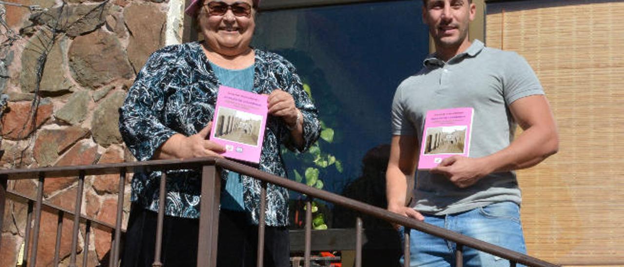 Pepa Aurora y el escritor Jonay Guerra con el libro 'Retales de canariedad' en la casa de la poeta de La Pasadilla de Ingenio