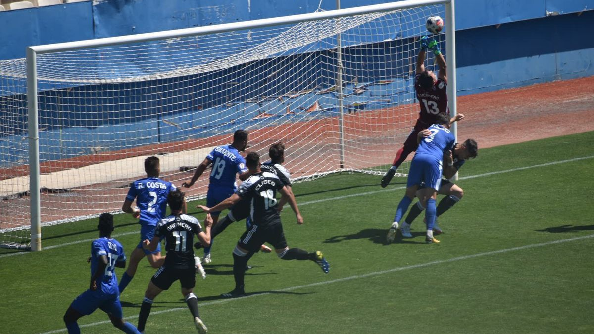 Una acción del Lorca Deportiva - Marbella FC.