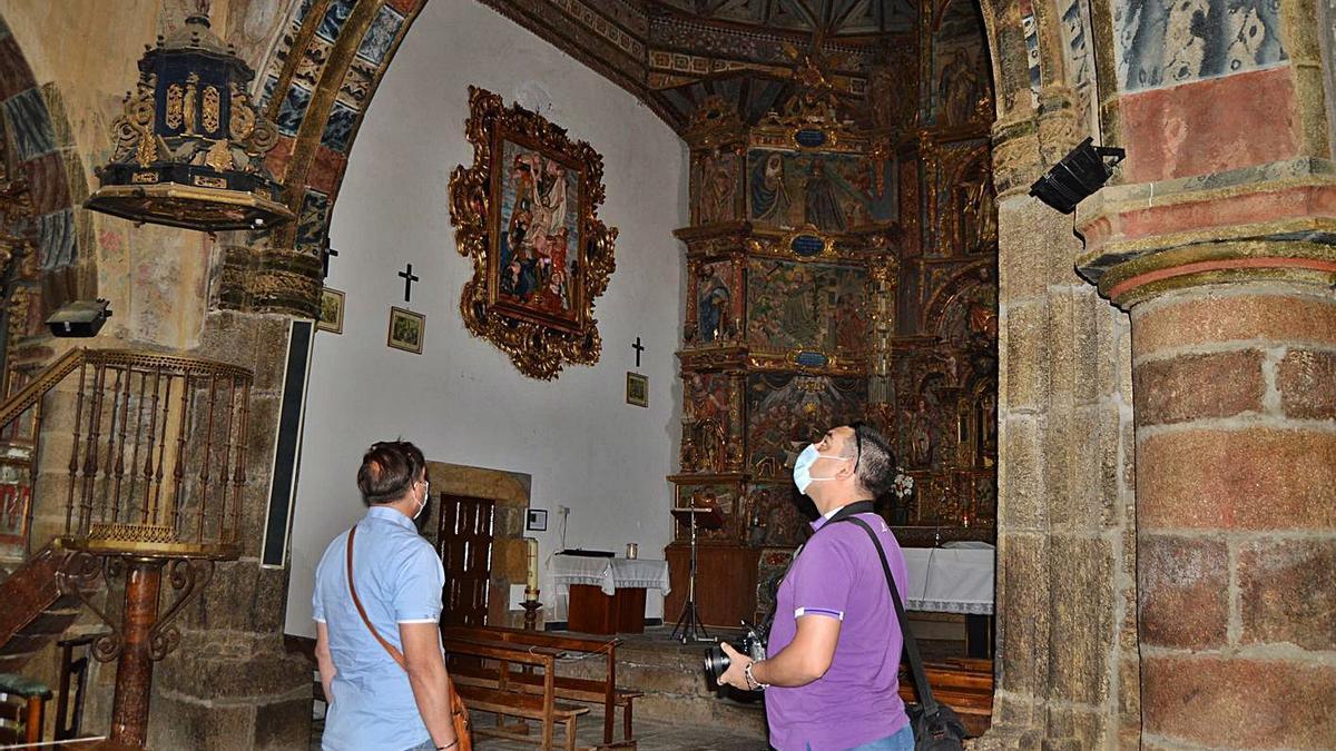 Dos turistas, en la iglesia de Otero de Sanabria. | A. S.