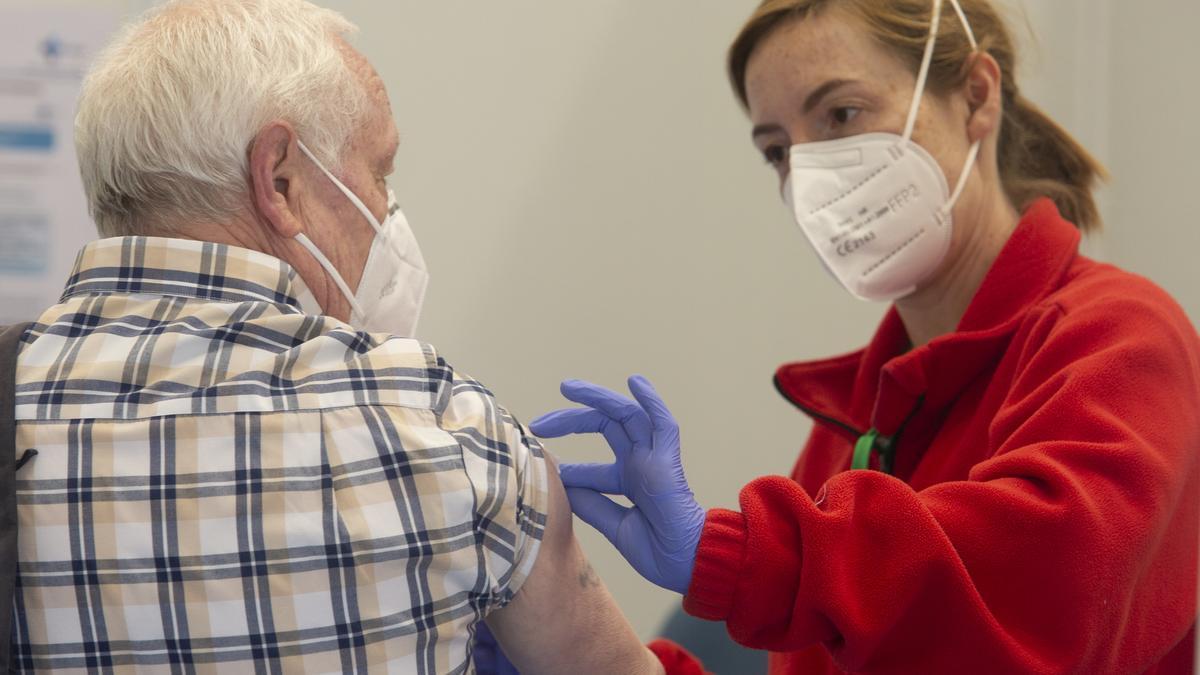 Un hombre recibe una vacuna contra el COVID en Ponferrada.
