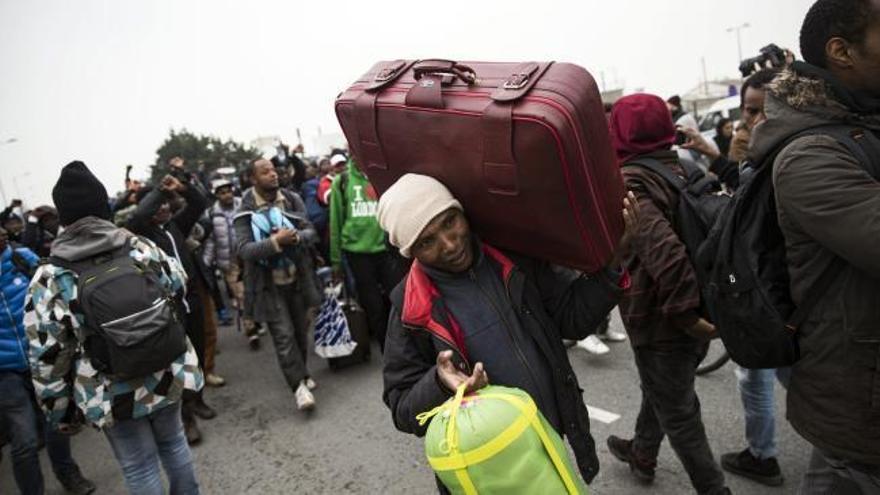 Francia comienza a desalojar el campamento de Calais