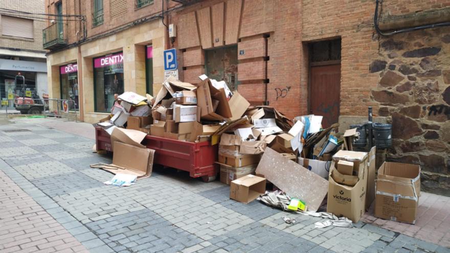 El Ayuntamiento de Benavente pide a los comerciantes más cuidado en el depósito de cartón