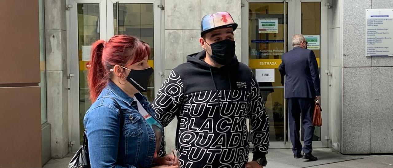 El hermano de la víctima del crimen de La Felguera, junto a una de sus primas.