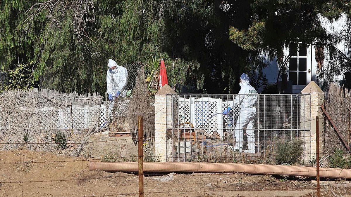 La policía científica trabaja en la vivienda en la que fueron asesinados los menores.   DANIEL TORTAJADA