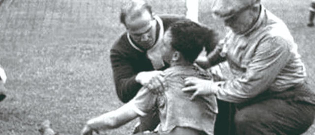 Hohberg es atendido después del segundo gol uruguayo.