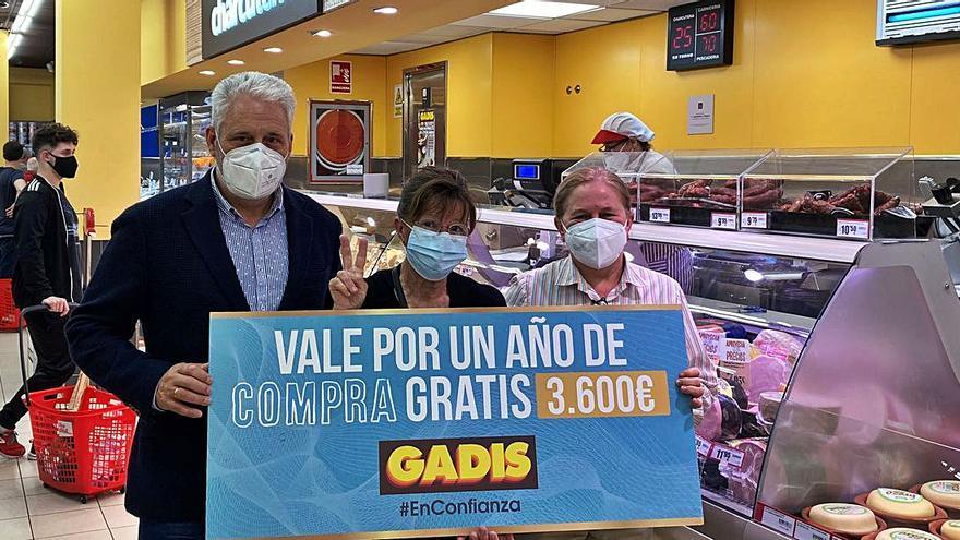 Gadis premia con un año de compra gratis a dos clientes de Oleiros y Sada