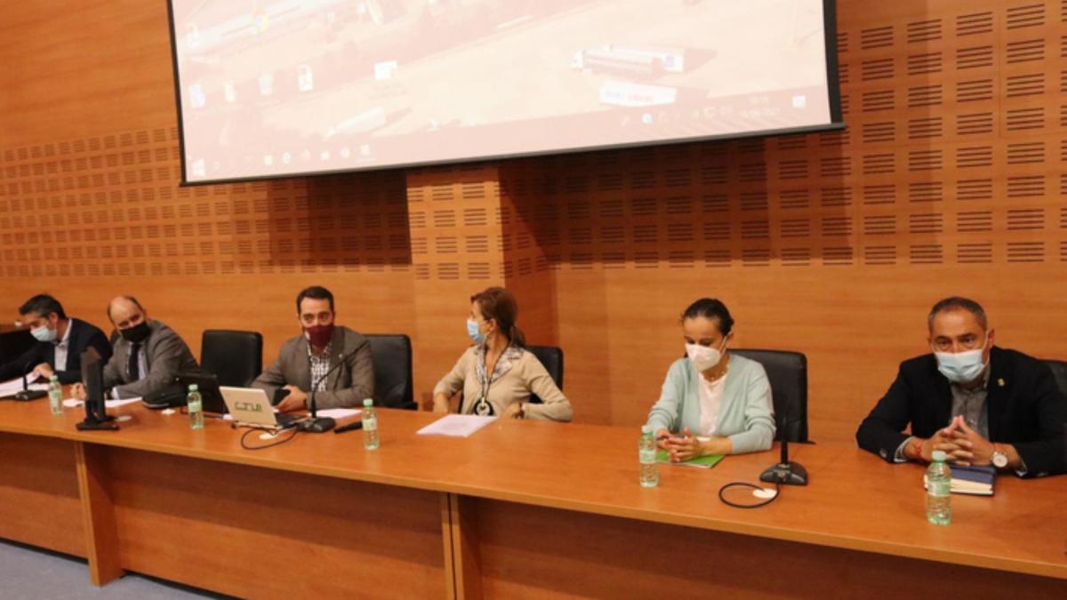 Representantes de la Junta, la Diputación y el Ayuntamiento de Benavente en la Comisión de Seguimiento. / E. P.
