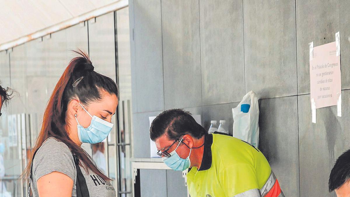 Vacunación del grupo de 20 a 29 años en el Palacio de Congresos de Cáceres.