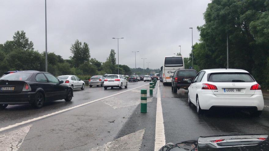 """Colas kilométricas en la """"Y"""" a la altura de la salida de la Ronda Sur de Oviedo"""
