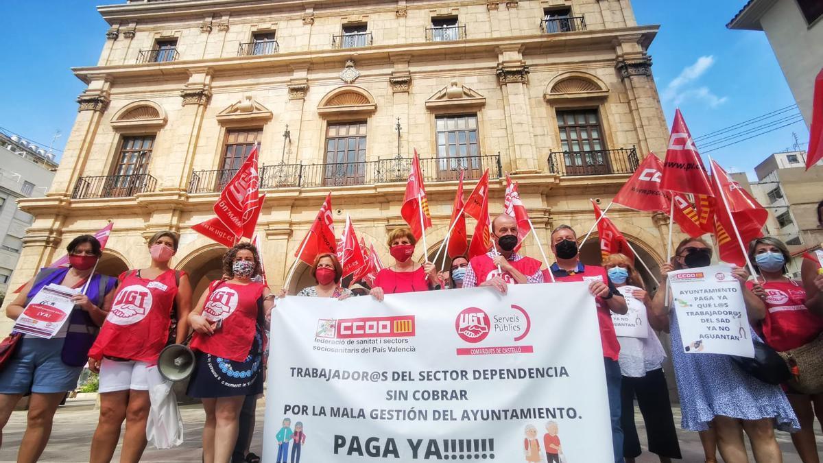 Imagen de la protesta de los trabajadores del SAD ante el ayuntamiento la semana pasada.