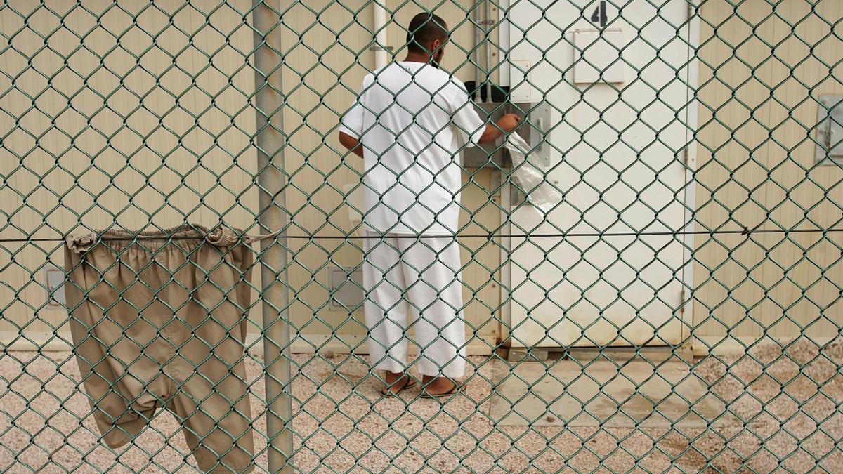 Baños en agua congelada, privación del sueño y alimentación e hidratación rectal son algunas de las torturas.
