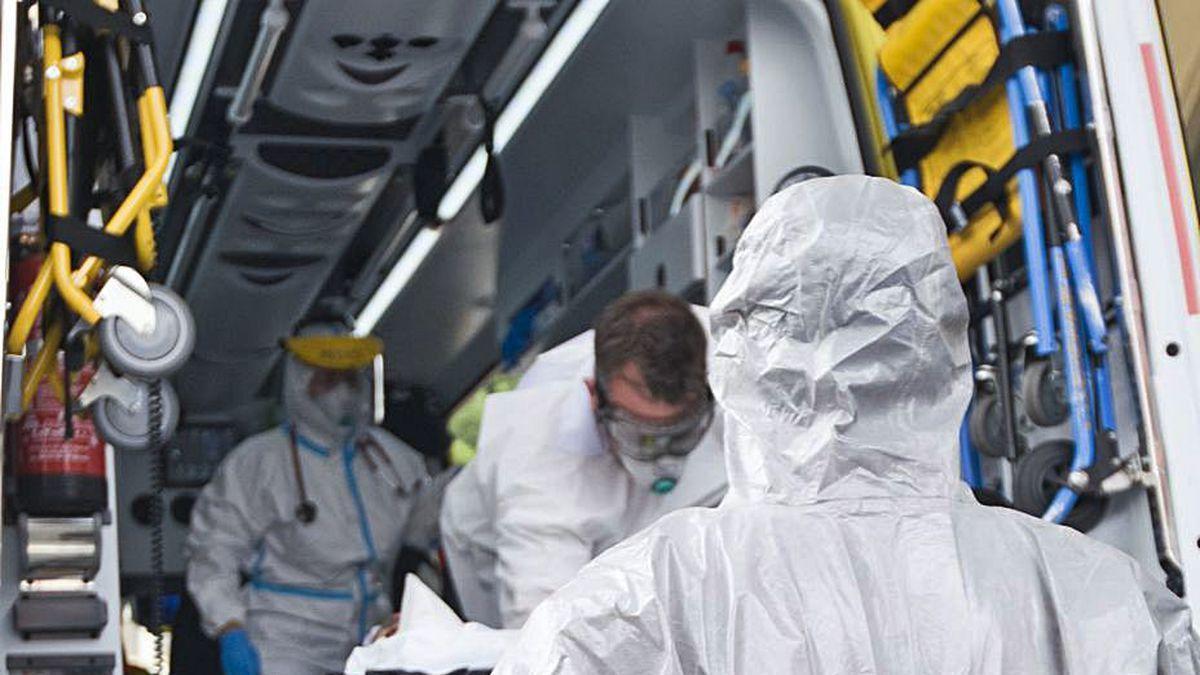 Los servicios sanitarios trasladan a un jugador del Fuenlabrada al hospital, en La Coruña.