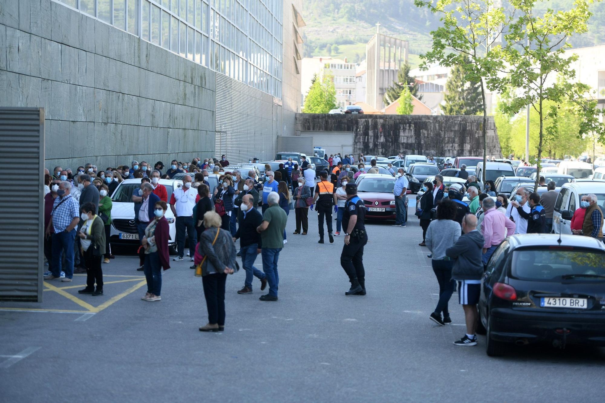 Colas y nervios  en la primera jornada de vacunación masiva en Pontevedra
