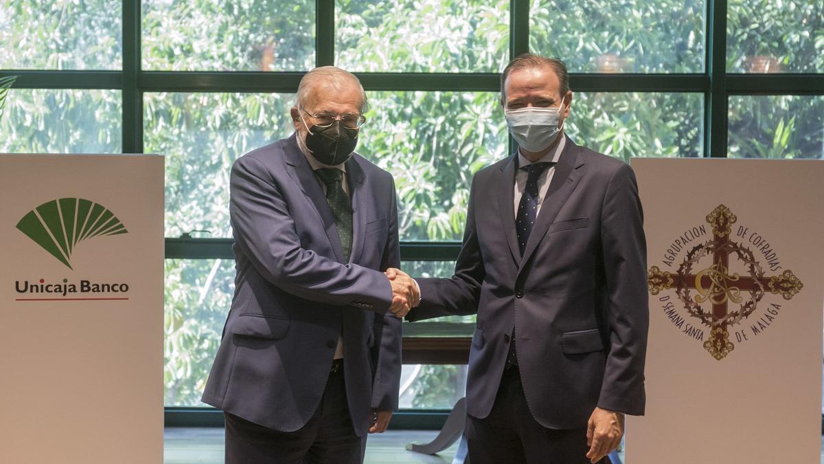Los presidentes de Unicaja Banco, Manuel Azuaga (izquierda), y de la Agrupación de Cofradías de Málaga, Pablo Atencia (derecha)