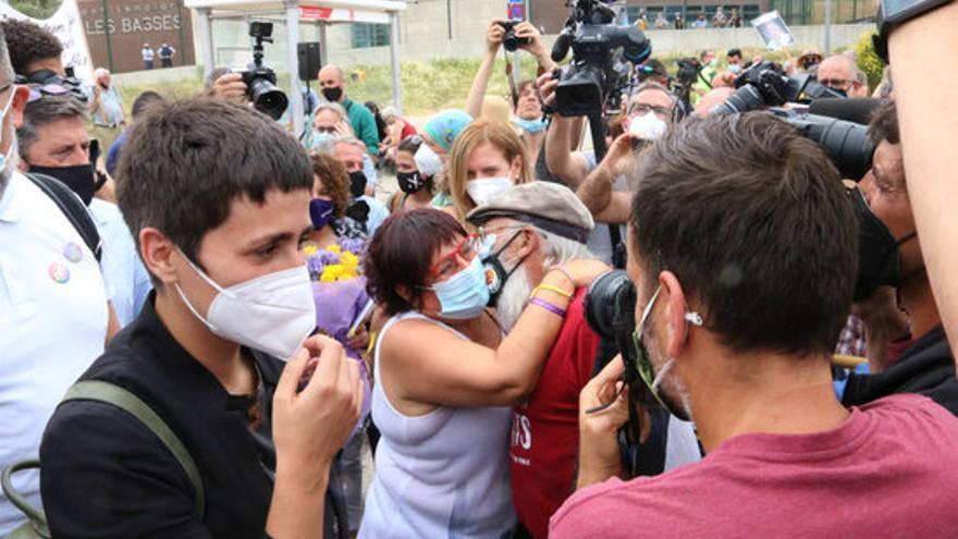 Bassa abraçant-se amb un dels assistents a la concentració davant de la presó de Figueres.JPG