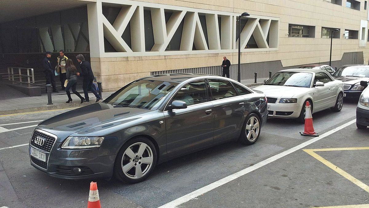 Some of the luxury cars intervened, in front of the Alicante Police Station on the day of the operation.  |  SLIM