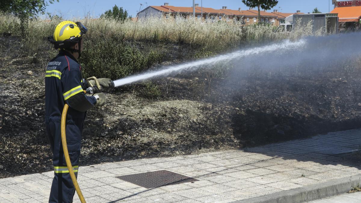 Un bombero en una foto de archivo. Es un servicio que la diputación presta al ayuntamiento.
