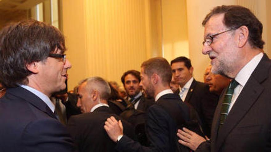 Puigdemont i Rajoy coincideixen sense tensió a Porto dos dies després d'anunciar el referèndum