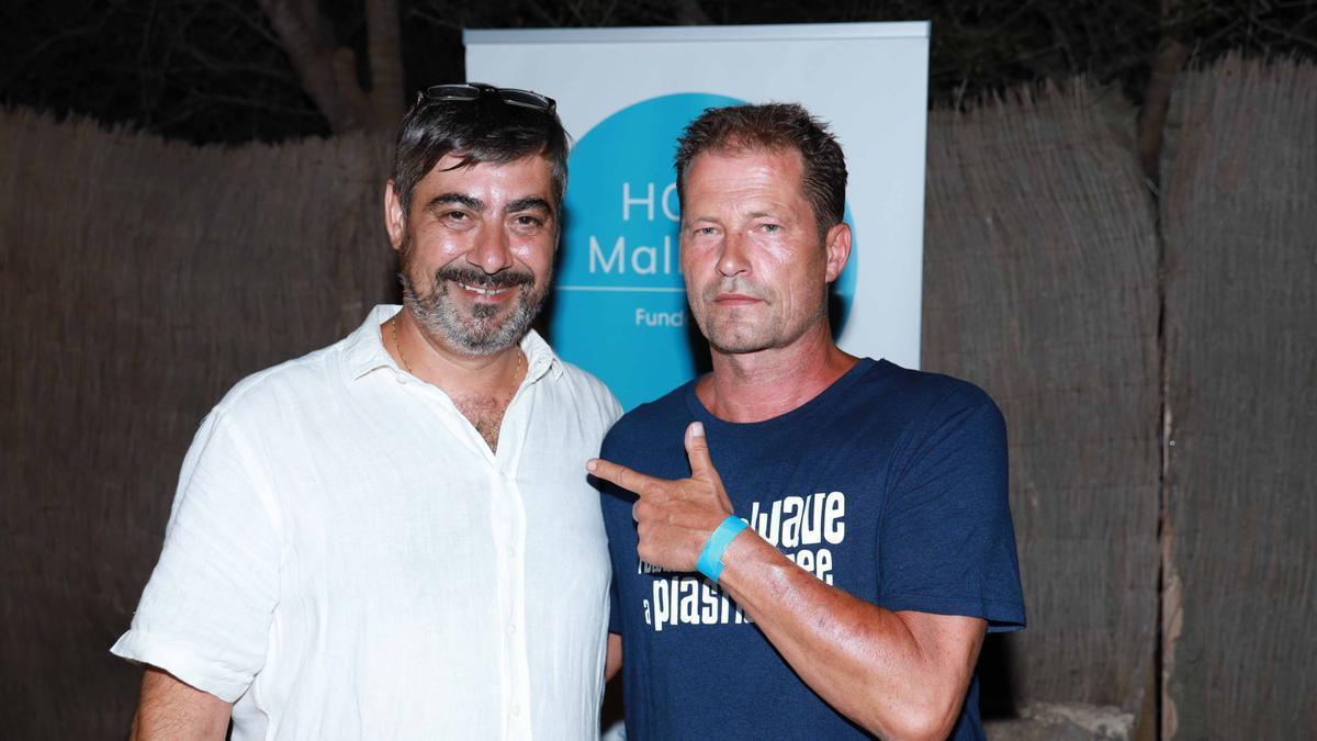 """Schauspieler Til Schweiger (rechts) mit Paco Martínez, dem das """"Henry likes Pizza"""" in Santanyí gehört."""