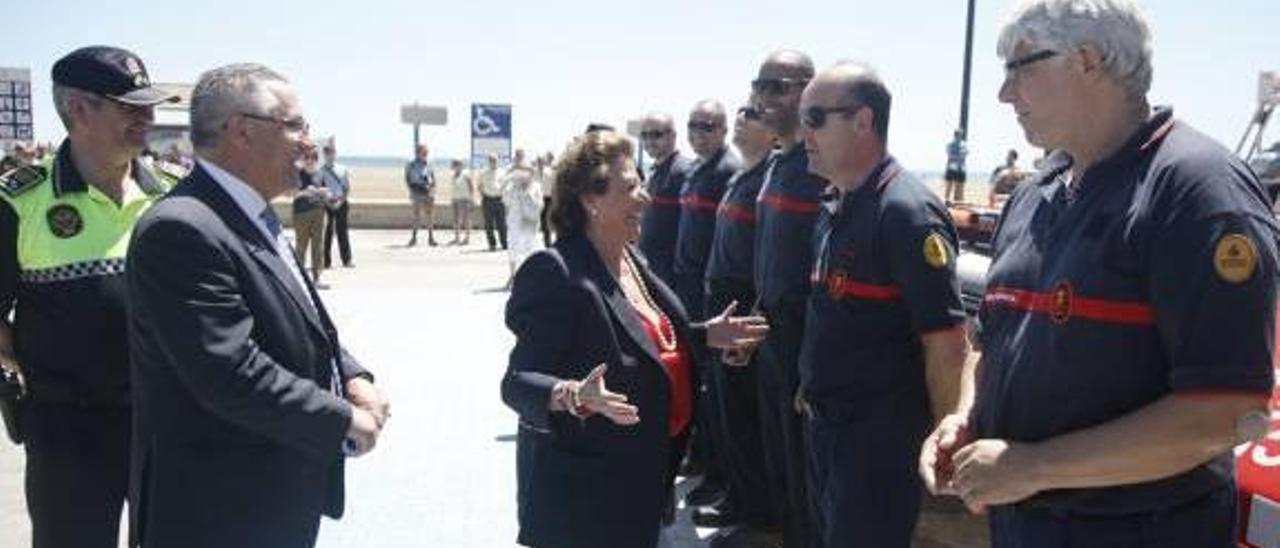 La alcaldesa presentó ayer en la playa de El Cabanyal el plan de vigilancia de este verano.