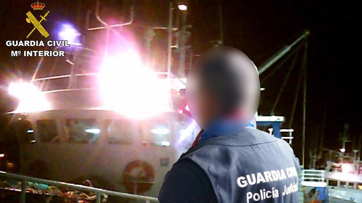 Un agente de la Guardia Civil, en el puerto de Vigo / G. C.