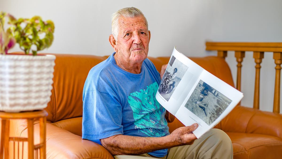 Francisco Pérez Bayona con uno de sus libros.