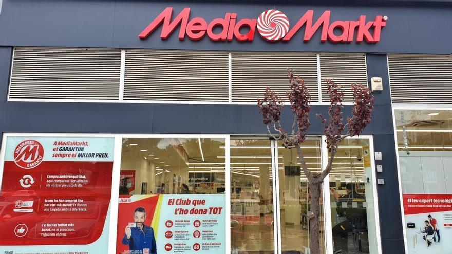 Uns lladres encasten un vehicle al MediaMarkt de Platja d'Aro de matinada i roben aparells electrònics