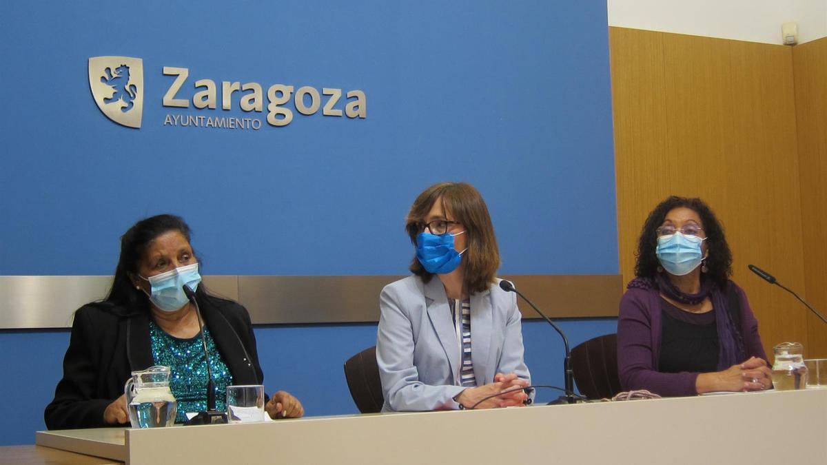 La concejal de Igualdad, Maria Fe Antoñanzas, y la presidenta de la Asociación Romi-Cali, Pilar Clavería