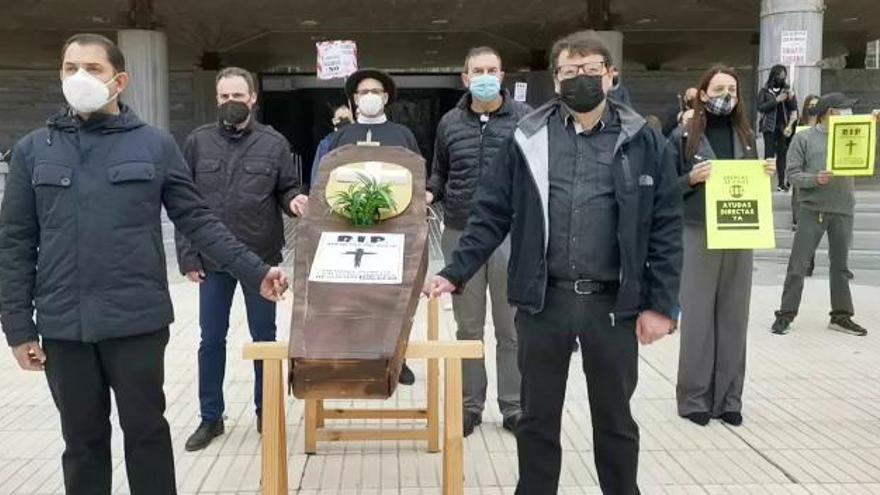 """Las agencias de viajes se plantan ante la Asamblea para evitar la """"muerte"""" del sector"""