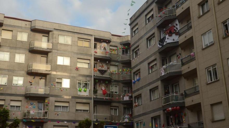 Vecinos de Vilagarcía celebran la Feria de Abril desde los balcones
