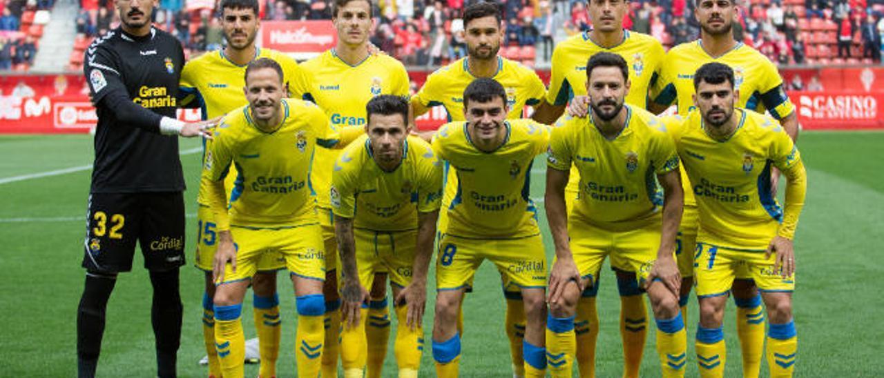 Alineación de la UD, en el último partido de esta campaña celebrado en el estado de El Molinón, ante el Sporting de Gijón, el pasado 8 de marzo.