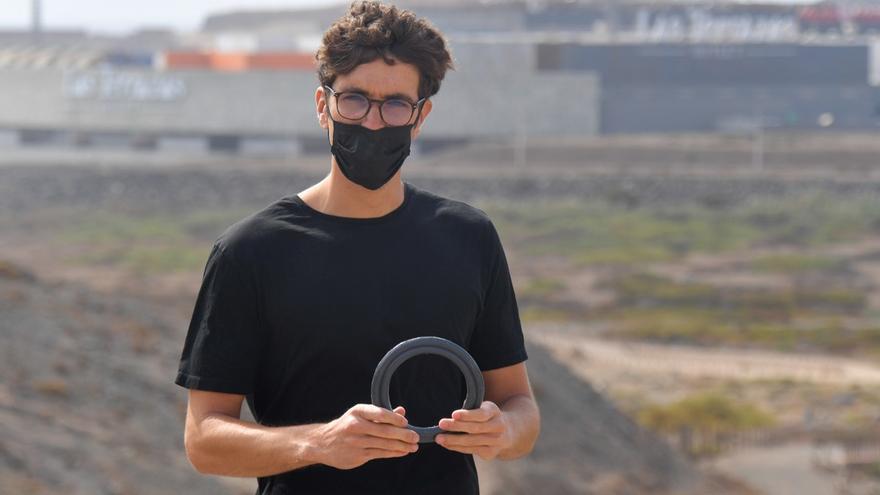 El joven Humberto Iess fabrica muebles con materiales reciclados