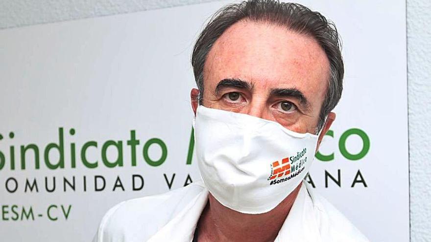 El secretario del Sindicato Médico se vacunó antes de que Sanidad aceptara su reincorporación
