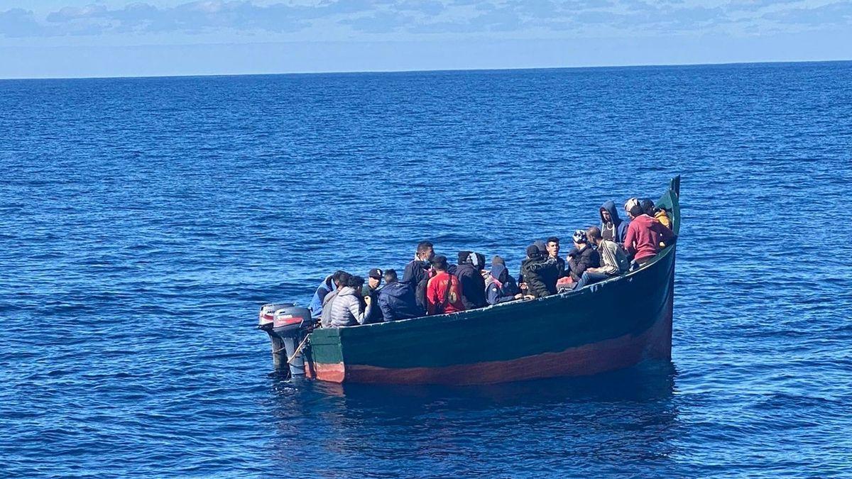 Una patera en aguas de Lanzarote en una fotografía de archivo.