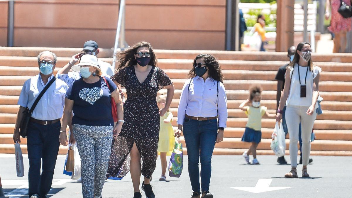Citizens with masks in Las Palmas de Gran Canaria last Sunday.